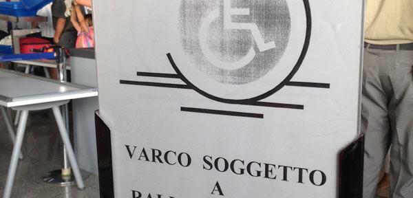 Cartello discriminatorio verso i disabili dell'aeroporto di Catania